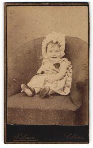 Fotografie J. Laux, Coblenz, Portrait lachendes kleines Mädchen mit Rüschenmütze