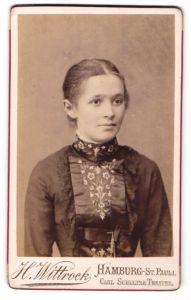 Fotografie H. Wittrock, Hamburg-St. Pauli, Portrait hübsches Mädchen mit zurückgebundenem Haar in bestickter Bluse