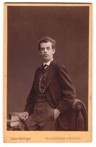 Fotografie Julius Gertinger, Wien, Portrait junger Herr in Sakko