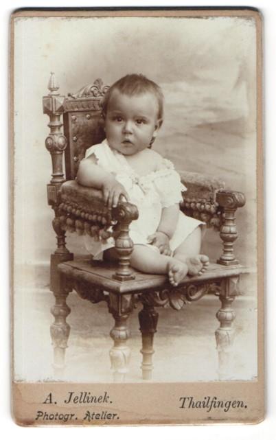Fotografie A. Jellinek, Thailfingen, Portrait Kleinkind auf Sitzmöbel