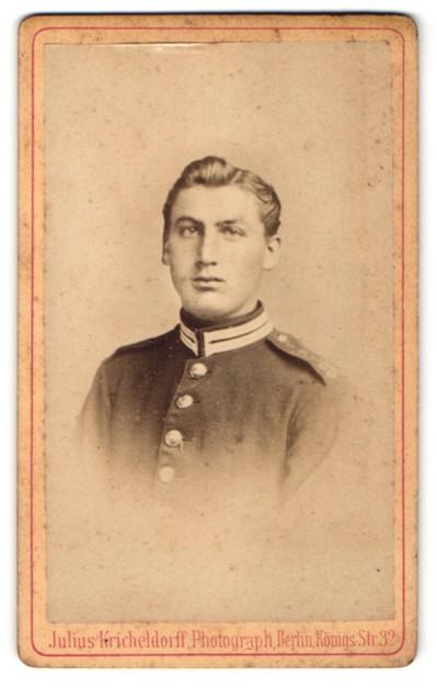 Fotografie Julius Kircheldorff, Berlin, Portrait Soldat mit zurückgekämmtem Haar