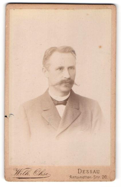 Fotografie Wilh. Ohse, Dessau, Portrait Herr mit gezwirbeltem Oberlippenbart