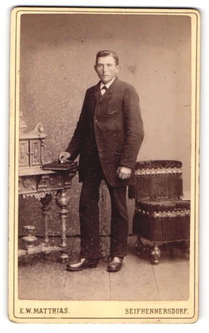 Fotografie E. W. Matthias, Seifhennersdorf, Portrait junger Herr in Anzug