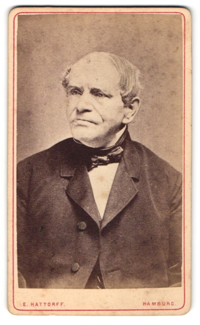 Fotografie E. Hattorf, Hamburg, Portrait betagter Herr mit zeitgenöss. Frisur