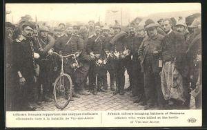 AK Vic-sur-Aisne, Officiers francais rapportant des casques d`officiers allemands tues a la bataille