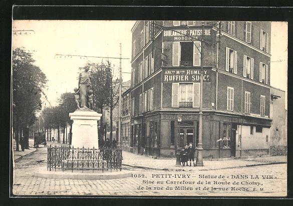 AK Petit-Ivry, Statue de Dans La Vie, Sise au Carrefour de la Route de Choisy, de la rue du Milieu et de la rue Hoche