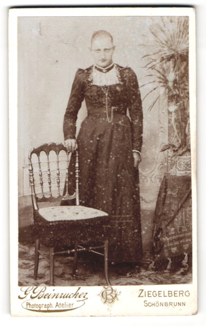 Fotografie G. Beinzucker, Ziegelberg, Schönbrunn, Portrait junge bürgerliche Dame an einem Stuhl lehnend
