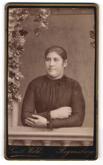 Fotografie Gust. Wild, Regensburg, Portrait Frau in Studiokulisse