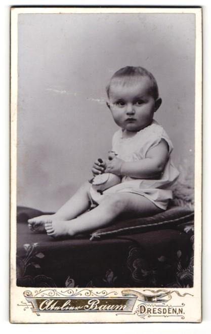 Fotografie Max Baum, Dresden, Baby mit Hemdchen