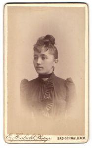 Fotografie E. Habicht, Bad-Schwalbach, Portrait junge Dame in modischer Kleidung