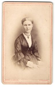 Fotografie Ernst Ulbrich, Stralsund, Portrait junge Dame in eleganter Garderobe mit Kruzifix