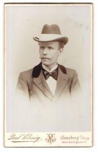 Fotografie Paul Körnig, Annaberg i/Erzg., Portrait junger Herr mit Hut