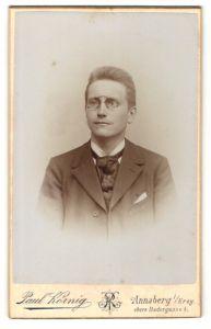 Fotografie Paul Körnig, Annaberg i/Erzg., Portrait junger Mann mit Bürstenhaarschnitt und Brille