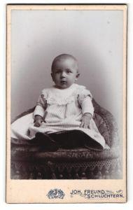 Fotografie Joh. Freund, Schlüchtern, Portrait Kleinkind in Leibchen