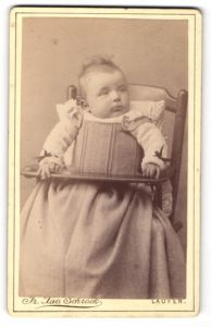 Fotografie Fr. Xav. Schröck, Laufen, Portrait Säugling in Kindersitz