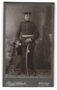Fotografie Josef Schick, München, Portrait Soldat in Uniform mit Säbel