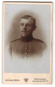Fotografie Wilhelm Merx, München, Portrait Soldat in Uniform mit zeitgenöss. Frisur