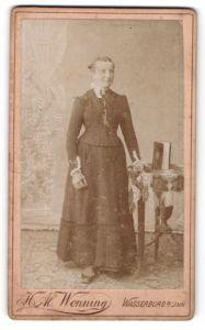 Fotografie H. Al. Wenning, Wasserburg a/Inn, Portrait Dame in festlicher Garderobe