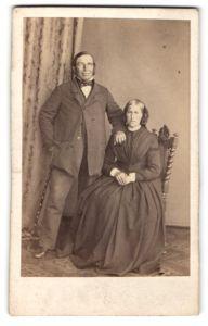 Fotografie unbekannter Fotograf und Ort, Portrait bürgerliche Eheleute in zeitgenöss. Garderobe, Gründerzeit