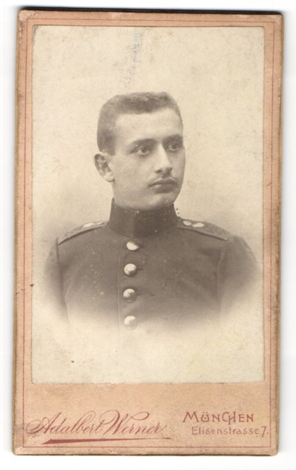 Fotografie Adalbert Werner, München, Portrait Soldat mit Bürstenhaarschnitt in Uniform
