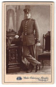 Fotografie Atelier Ostermayr, München, Portrait Soldat in Uniform mit Portepée