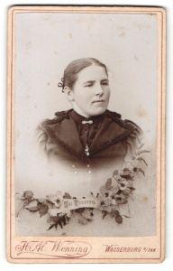Fotografie H. Al. Wenning, Wasserburg a/Inn, Portrait junge Frau, Montage mit Blumen