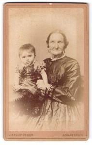 Fotografie J. S. Schroeder, Annaberg i/S, Portrait betagte Dame mit Ohrringen und Kleinkind, Grossmutter und Enkel