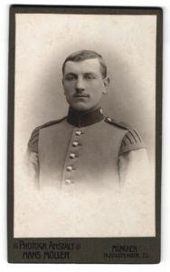 Fotografie Hans Möller, München, Portrait Soldat in Uniform mit Schwalbennestern