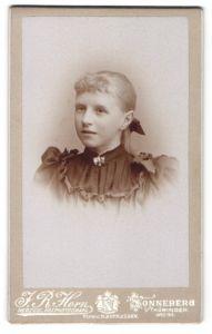 Fotografie J. R. Horn, Sonneberg, Portrait Mädchen in festlicher Kleidung