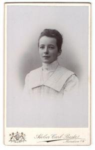 Fotografie Carl Beste, Minden i/W, Portrait junge bürgerliche Dame mit zusammengebundenem Haar