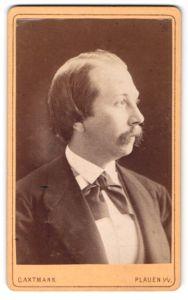 Fotografie C. Axtmann, Plauen i/V, Profilportrait Herr mit Schnauzbart und zurückgekämmtem Haar