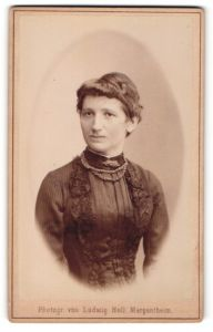 Fotografie Ludwig Holl, Mergentheim, Portrait Dame in schwarz mit Halskette