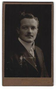 Fotografie Oscar Pöckl, München, Portrait junger Herr mit Oberlippenbart in Anzug