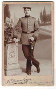 Fotografie H. Ranzenberger, Mainz, Portrait Soldat mit Hessen-Koppelschloss und Säbel