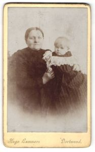 Fotografie Hugo Lammers, Dortmund, Portrait ältere Dame mit Säugling