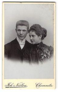 Fotografie Joh. Niclou, Chemnitz, Portrait junges Paar in festlicher Garderobe