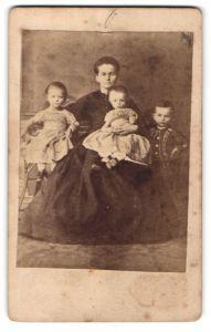 Fotografie unbekannter Fotograf und Ort, Portrait Dame mit drei kleinen Kindern