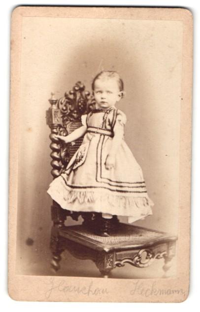 Fotografie Herm. Heckmann, Glauchau, Portrait kleines Mädchen in Kleid