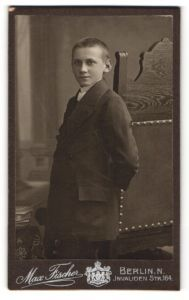 Fotografie Max Fischer, Berlin-N, Portrait Knabe mit kurzgeschorenem Haar in Anzug