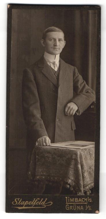 Fotografie Stapelfeld, Limbach & Grüna i/S, Portrait junger Herr in Anzug mit Hemd mit Stehkragen