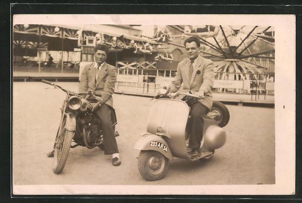 Foto-AK Vespafahrer und Motorradfahrer auf einem Rummelplatz