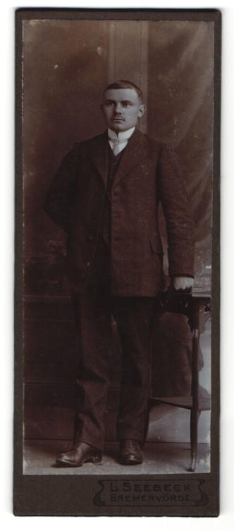 Fotografie L. Seebeck, Bremervörde, Portrait junger Herr in Anzug mit Hemd mit Stehkragen