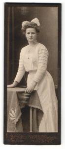 Fotografie H. Boesche, Magdeburg, Portrait bürgerliche junge Dame in weiss mit Haarschleife