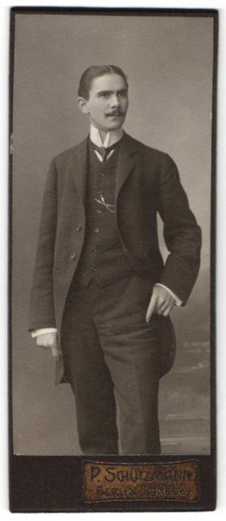 Fotografie P. Schützmann, Berlin-Pankow, Portrait junger Herr in Anzug mit Hemd mit Stehkragen