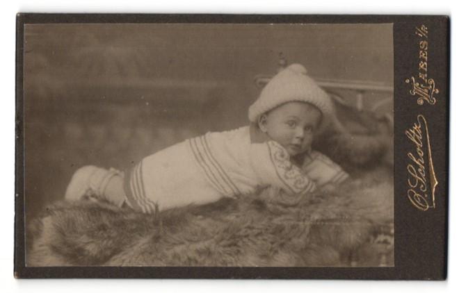 Fotografie O. Scholtz, Labes i/P, Portrait Säugling mit Pudelmütze