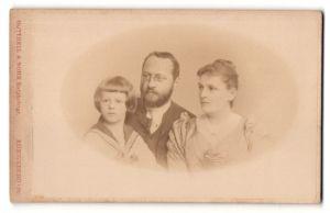 Fotografie Gottheil & Sohn, Königsberg i/Pr, Portrait bürgerliche Familie mit Sohn