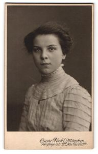 Fotografie Oscar Pöckl, München, Portrait Mädchen mit Hochsteckfrisur