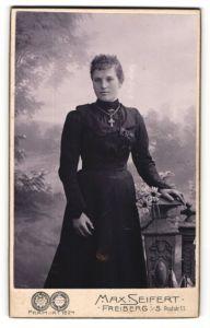 Fotografie Max Seifert, Freiberg i/S, Portrait Fräulein in schwarz mit Kruzifix