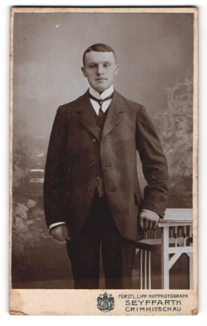Fotografie Seyffarth, Crimmitschau, Portrait junger Mann in Anzug mit Hemd mit Stehkragen