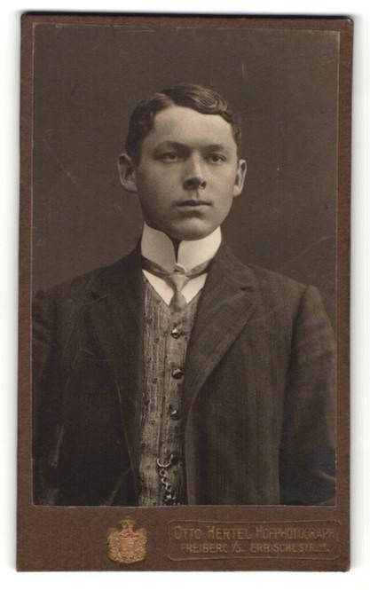 Fotografie Otto Hertel, Freiberg i/S, Portrait junger Herr in Anzug mit Hemd mit Stehkragen